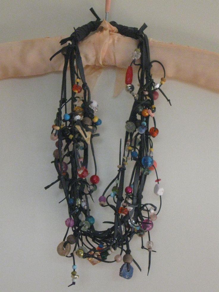 ketting gemaakt van oude binnenband en kralen