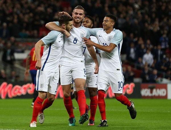 若手抜擢のサッカーイングランド代表、監督は激しいポジション争いに期待