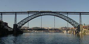 Ponte Dom Luís I  ist eine Bogenbrücke über den Douro, die in Portugal die Städte Porto und Vila Nova de Gaia verbindet.