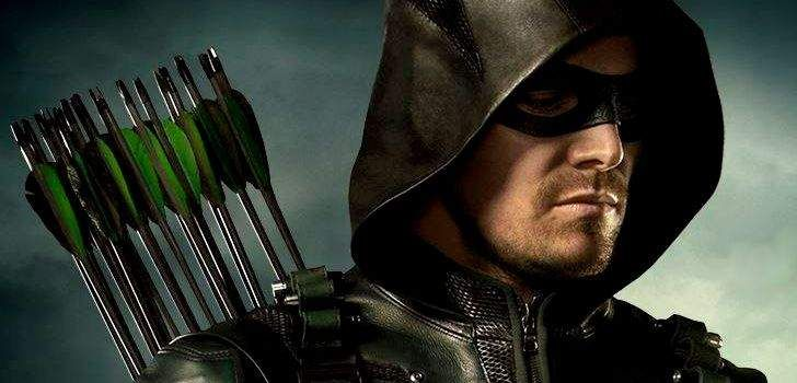 """Desde a terceira temporada, os flashbacks de Arrow começaram a ficar sem norte. Agora, no quarto ano da série, os produtores revelaram que também não estão satisfeitos com o que está acontecendo. """"Parte do apelo dos flashbacks, pelo menos nos dois primeiros anos, no terceiro talvez, era mostrar a grande diferença entre o Oliver Queen …"""