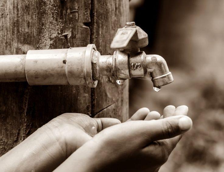 O governo Geraldo Alckmin (PSDB) publicou uma nota em que reconhece oficialmente que a situação hídrica na Grande São Paulo é crítica. A medida permite que o Estado suspenda as licenças de captação particulares de águas superficiais e subterrâneas para priorizar o abastecimento público na região em que moram mais de 20 milhões de pessoas.