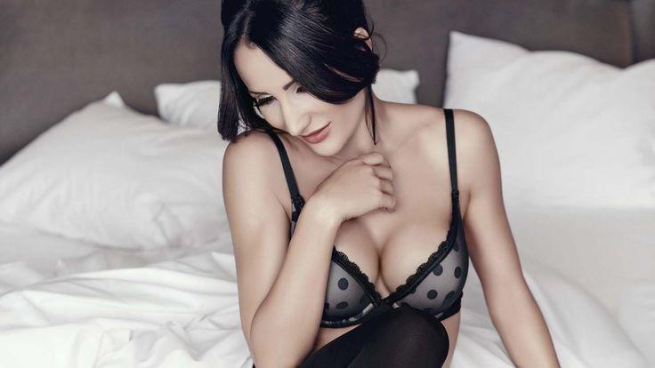 Justyna Steczkowska ma 43 lata, trójkę dzieci i wciąż udowadnia, że kipi seksapilem! W najnowszej kampanii reklamowej pozuje w pościeli odziana tylko w bieliznę!