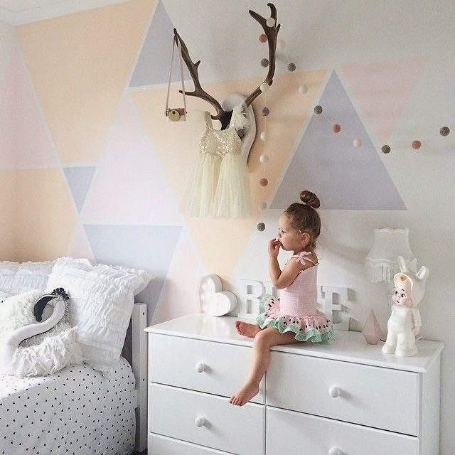 Chambre d'enfants toute douce , déco triangles pastels au mur | soft kids' room, pastel wall triangles