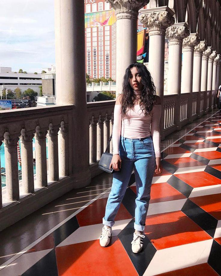 Look de Bruna Vieira em Las Vegas com blusa ombro à ombro e calça jeans de cintura alta.