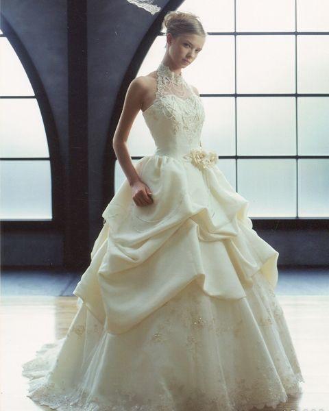 マリエヨーコ  タッキングを施したボリューミーなプリンセスライン。トップスはデコルテをスッキリと見せるアメリカンスリーブに贅沢なビージングが花嫁を輝かせる。