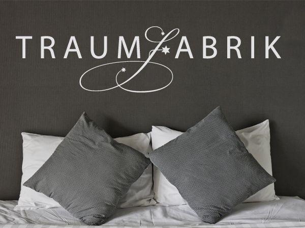 """Das Wandtattoo """"Traumfabrik"""" passt perfekt ins Schlafzimmer"""
