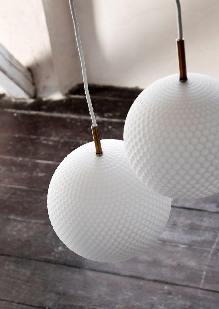 Comb er ikke i metal, som Ball lampen, men i hvidt opalglas med riflet overflade