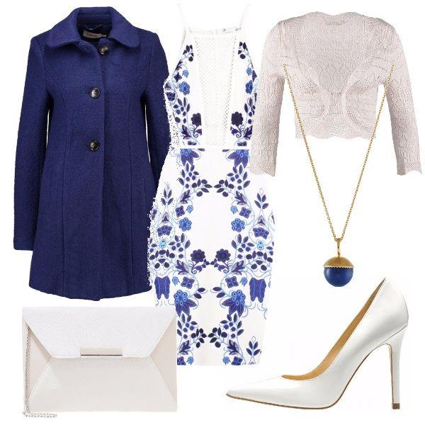 Cappotto navy in poliestere e lana, tubino sexy bianco e blu, cardigan powder sky, décolleté color bianco con tacco a spillo, pochette con catenina e collana lunga.