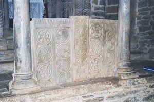 Santa Cristina de Lena: Placas de cancel visigodo en el arco central del iconostasis