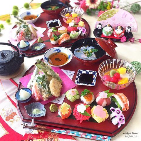 . 今日は手毬寿司&天ぷらの レッスンでした☺️🌸 . 1歳半の息子さんと一緒に👩👦💕 . ✿ 8種のひな祭り手毬寿司 ✿ 天ぷら盛り合わせ ✿ じゅんさいのお吸い物 ✿ 三色団子のフルーツポンチ . 今日の手毬寿司はお雛様仕様で🎎🎶 . 食紅で色をつけた錦糸卵の手毬寿司や、 イカとマグロで手毬の模様を作ったり、 ハムやチーズを花型に型抜きして 上にかざったり☺️✌🏻️ . フルーツポンチは、 食紅と抹茶の粉で色を付けた白玉団子と フルーツ缶、炭酸水で簡単に🎶 . ひな祭り仕様の献立でした👋🏻💓 . 天ぷらは高く、立てるように盛るのが ポイントです☝🏻️😝 . . 生徒さんと2人で、それぞれ息子をおんぶ しながら👦🏻✌🏻️しかし息子も9キロ… そろそろ肩がバッキバキで限界かも😂💦 . 保育園は4月から入園受付の申請を 出します✨←もう期限ギリw 通りますように🙏🏻 . #手毬寿司 #おうちごはん #おうちごはんはじめ #クッキングラム #デリスタグラマー #おうちカフェ #料理 #料理写真 #手料理 #料理教室 #北九州料理教室…