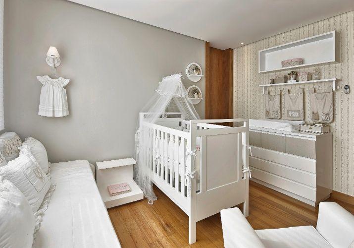 Para privilegiar a circulação ao redor do berço, a arquiteta Manuela Senna dispôs os demais móveis junto às paredes do quarto de 12 m²
