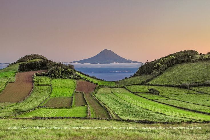 Ilha do Pico vista da Ilha de São Jorge, Açores.