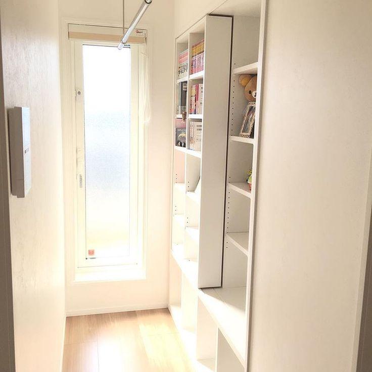 * * 連投失礼します。 * 2階廊下 ⚐  廊下は最小限にしたかったのですが バルコニーに繋がる南北に長い廊下となりました(*´°`*) 廊下も何か有効活用したいと思い ブックシェルフとホスクリーンを設置しました❁ * 今は空き部屋(子供部屋)に洗濯物を干していますが 将来は使えなくなる場所なので 廊下と主寝室にホスクリーン設置しています(*´˘` ) バルコニーに干してる洗濯物も とりあえずでサッとしまえるかなと。 あとブックシェルフは各子供部屋に設置できなかったので(*´°`*) 今は漫画や雑貨が並んでます ☻ * #新築 #新居 #マイホーム #戸建て #注文住宅 #一条工務店 #アイスマート #シンプル #2階廊下 #廊下 #ブックシェルフ #ホスクリーン #バルコニードア *
