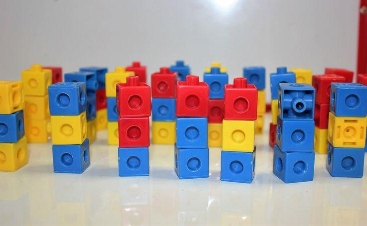 défi maths : créer le maximum de tours différentes à l'aide de cubes (trois étages, trois couleurs)