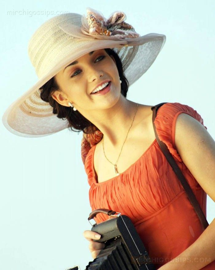 amy jackson in madarasapatinam. a movie about chennai or madras as it is called before .
