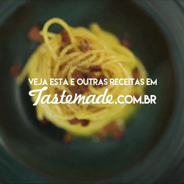 Receita de espaguete à carbonara super rápida, cremosa e gostosa! #pratododia #macarrão #espaguete #carbonara #ovo #bacon  Assista ao vídeo completo da nova temporada da série Prato do Dia com Luanda e Mohamad pelo nosso site: tastemade.com.br ou pelo nosso App (link na bio)!