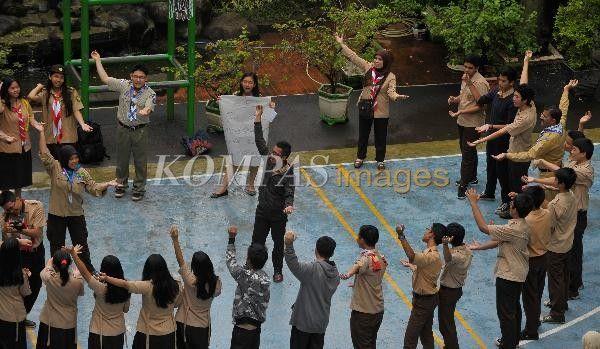 Siswa mengikuti beragam permainan yang diberikan peserta pelatihan koordinator nasional Messenger of Peace (MoP) saat melihat kegiatan gugus depan yang berpangkalan di sekolah di SMA 68, Jakarta Pusat, Jumat (4/4/2014). Pelatihan koordinator nasional MoP tersebut diikuti 20 peserta dari 19 negara kawasan Asia Pasifik.
