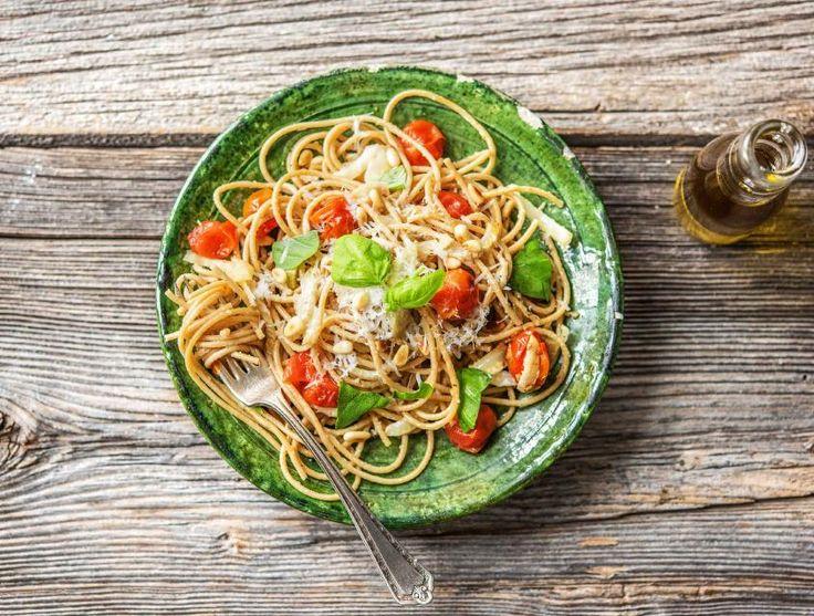 Pasta aglio olio is een echte klassieker uit de Italiaanse keuken. Oorspronkelijk is het een eenvoudig voorgerecht met enkel knoflook, olijfolie en basilicum. Jij voegt er deze week groenten, smaakvolle Grana Padano en pijnboompitten aan toe.