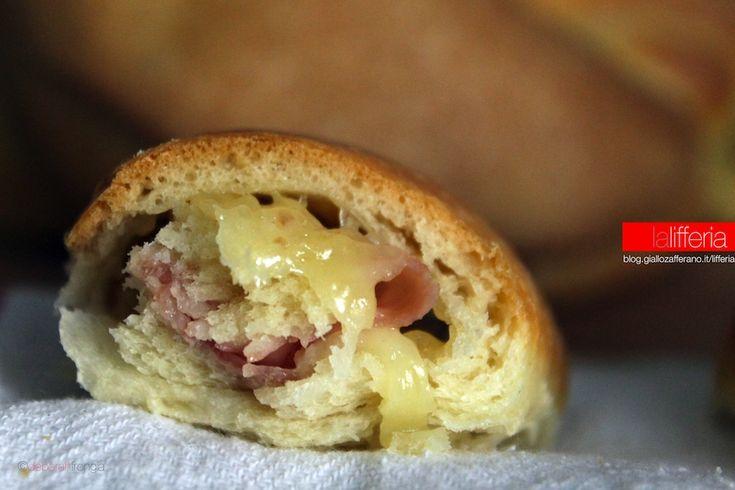 La treccia di pan brioche con prosciutto e scamorza affumicata è un lievitato sfizioso e morbissimo, ma anche leggero, perchè è senza uova, nè burro.