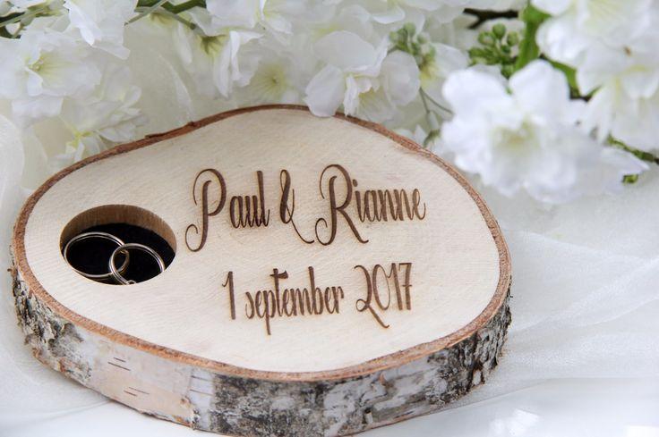 Graveerde huwelijks schijf met gat voor ringen www.decoratietakken.nl