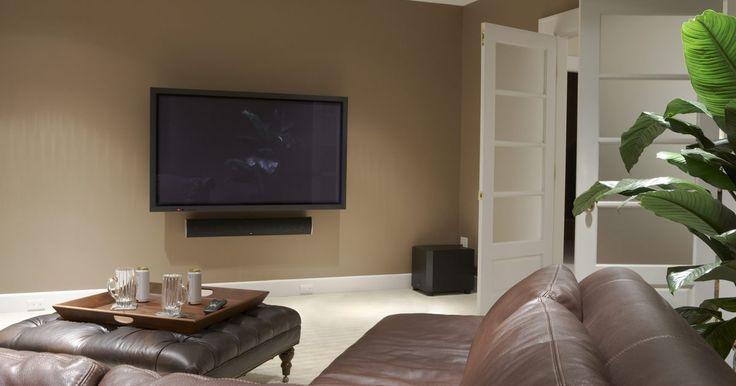 Cómo decorar la pared luego de instalar un televisor de 42 pulgadas. Gracias al diseño estilizado y delgado de los televisores plasma, puedes instalar uno de 42 pulgadas en tu pared, probablemente liberando bastante espacio del suelo que antes ocupaba un televisor más viejo y grande. Decora la pared alrededor del televisor para incorporarlo a tu decoración. Esto puede incluir el disimulo del televisor, convertirlo ...