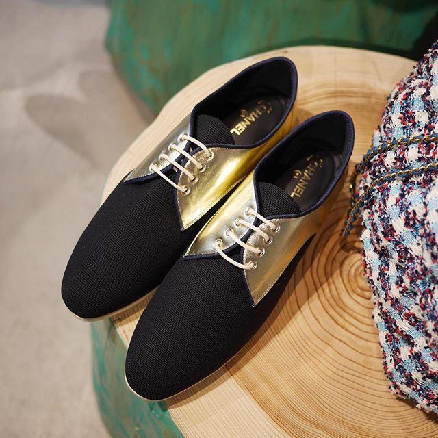 黒のアッパーにゴールドのラムスキンがリュクスに輝く、シャネルのレースアップシューズ。 ツンと伸びたシャープなフォルムが上品で女性らしく、 足もとをノーブルに仕上げます。クルーズコレクション から。価格は¥96,120。(編集H) #chanel #resort2017 #shoes #SPUR編集H