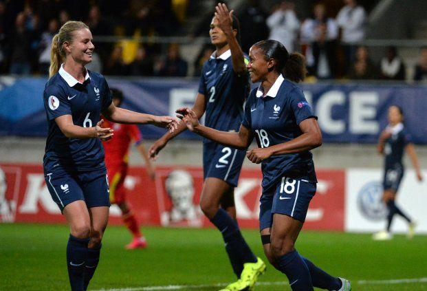 L'Equipe de France féminine s'est imposée sans trembler ce mardi soir face à la Roumanie au MMArena du Mans pour son premier match en éliminatoires de l'Euro 2017, grâce à un but de Marie-Laure Delie (16e), et un doublé d'Eugénie Le Sommer (35e et 48e). Les Bleues retrouveront les terrains le 23 octobre en amical face aux Pays-Bas, avant de se rendre en Ukraine le 27 octobre pour la suite des qualifications pour la phase finale du Championnat d'Europe.