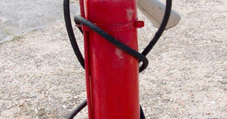 Riesgos de incendio en usos del gas Freón. El Freón es un compuesto liquido/gaseoso que se usa comúnmente en refrigeradores y sistemas de aire acondicionado. Conocido por el nombre químico de Clorodifluorometano, es un material que no es toxico ni inflamable. Aunque el freón no arde a temperatura ambiente, puede hacer combustión cuando se mezcla con el aire (65%) en un área de baja ...