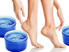 Mundspülung soll für zarte Füße sorgen? Auf Pinterest ist dieser Beauty-Hack einer der beliebtesten Pins und wir verraten euch, ob die DIY-Pediküre wirklich funktioniert.