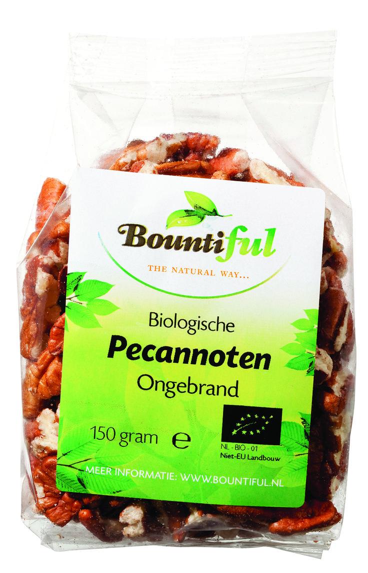 Pecannoten Bio. De pecannoot is verre familie van de walnoot. Pecannoten zijn heerlijk door de havermout of als extra toevoeging in de muesli.   De noot is erg populair in de Verenigde Staten. Er wordt daar een traditionele taart van gemaakt, de pecanpie. Vanwege de zoete smaak kunnen de pecannoten ook goed in vleesgerechten, salades en gevogelte verwerkt worden.   Pecannoten kunnen tevens gebruikt worden ter vervanging van vlees in de vegetarische keuken.