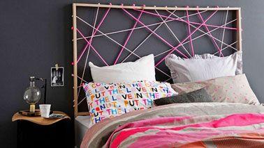 Une tête de lit avec des cordes de couleurs c'est originale et facile à réaliser. Sur un cadre de bois construit avec des tasseaux carrés de 2 cm de section, percez 13 trous sur le tasseau du haut de la tête de lit et 8 trous sur les tasseaux latéraux. Ensuite un jeu de cordes croisées rose en grise pour s'harmoniser avec les couleurs du linge de lit et apporter un contraste avec la peinture noir du mur.