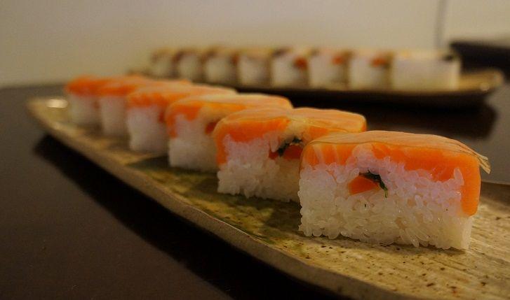"""Il sushi pressato, detto Oshizushi, è originario della zona di Oosaka ma viene consumato in tutto il Giappone, per produrlo si utilizza una scatola di legno in cui il riso, alternato dai vari strati di condimento, viene pressato, in alternativa potete utilizzare un contenitore rivestito di pellicola trasparente. In questa... <a href=""""http://www.hosomaki.it/come-fare-il-sushi-pressato-oshizushi/"""">Read More →</a>"""