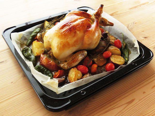 オーブンで焼きあがった丸鶏のローストチキン