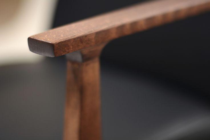 Eksluzywny fotel vintage.Fotel wykonany z bukowego drewna, wykończony ciemnym brązem , olejowany i starannie wypolerowany.Całości…