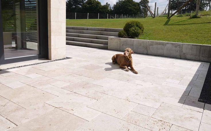 Naturstein Terrasse aus Travertin - auch der Hund wird es lieben. www.steinlese.de