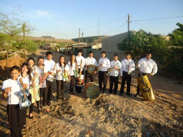 Orquestra com Instrumentos Musicais feitos de Lixo