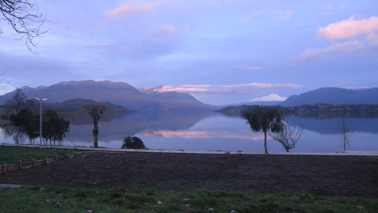 Lago Panguipulli con el volcán Choshuenco de fondo. Foto de Carlos Montoya Pozas.