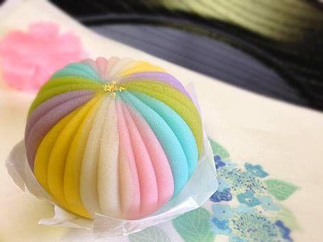 月1で通っている茶道のお稽古。  5月〜7月の「お菓子調達当番」は私。  今月用に選んだお菓子は 鎌倉創作和菓子 手毬 の練りきり「手毬」   6月...