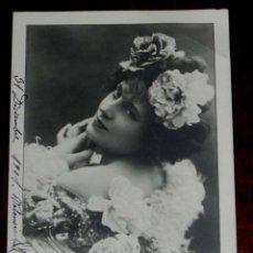 ANTIGUA FOTO POSTAL DE MUJER CON FLORES, NPG 1901, MODERNISTA, ART NOUVEAU, CIRCULADA EN 1902, SIN D
