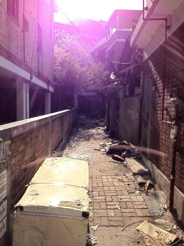 한창민~ @tWITasWIT 4_사람들이 떠난 빈 골목은 꽃나무들이 지킨다~  #송월동 / 인천 동 송월 / 2013 04 24 /