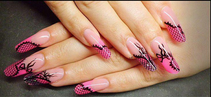 Kinky Nail Art in de kleur zwart / roze. De nagels zijn afgewerkt met zwarte strikjes. Sjablonen nodig voor het maken voor mooie lange nagels: http://www.metoenailsforyou.nl/c-700707/sjablonen/