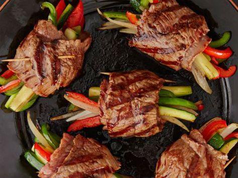 Preparación1. ROCÍA aceite por ambos lados de cada bistec. Espolvoreacon sal, pimienta y un poco de romero fresco picado.2. AGREGA aceite de oliva a una sartén y cocinalas verduras hasta que estén tiernas. Sazona con sal y pimienta.3. COLOCA algunas de las tiras de los vegetales de manera vertical en un extremo de cada rebanada de carne. Enrolla y sujeta con un palillo de madera. Repite este procedimiento para cada rollo de carne.