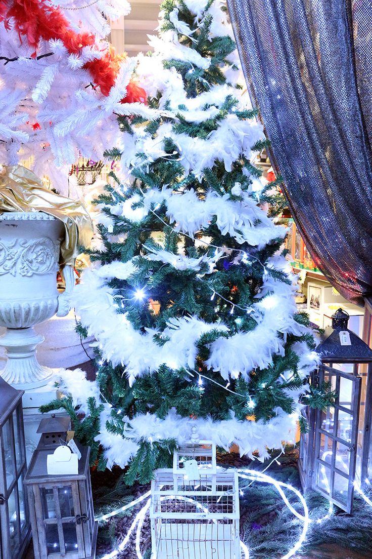 Albero di natale decorato con boa bianchi di struzzo e uccellini decorativi con piume http://www.alberti-import-export.com/indice-decnata.asp