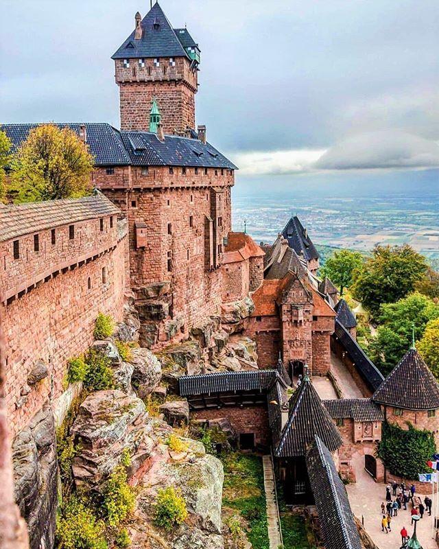 Chateau Du Haut Koenigsbourg In Orschwiller Frankrijk Is Een Van De Meest Bezochte Monumenten Van Frankrij England Countryside European Castles Medieval Castle