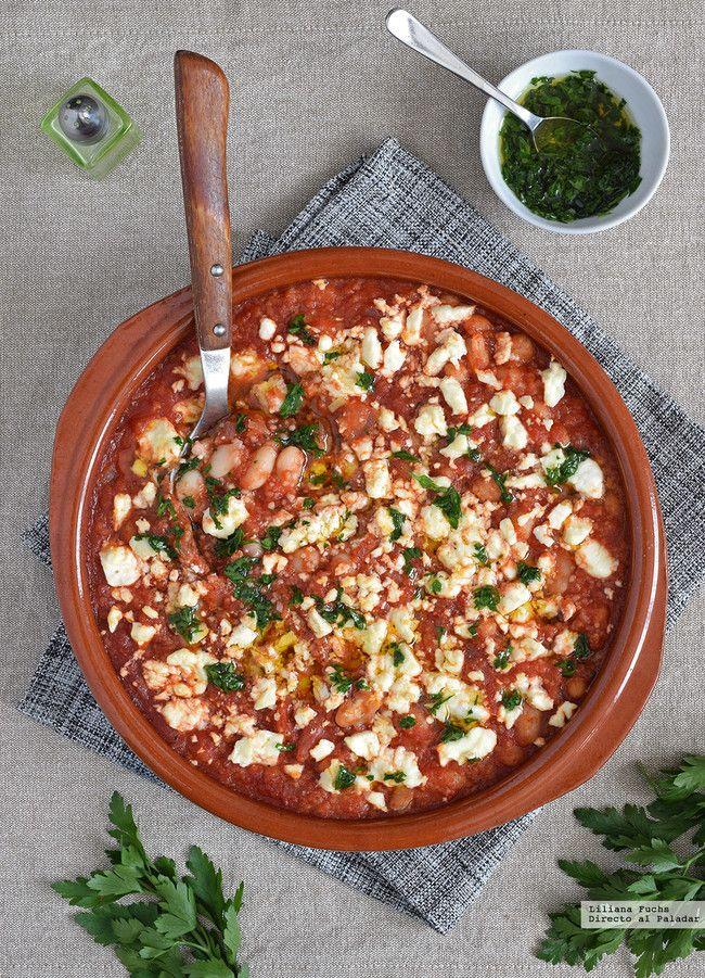 Alubias al horno con salsa de tomate, cuscús y queso feta. Receta