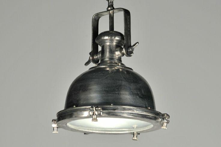 hanglamp 86935: Stoer en robuust!  Deze zware en grote (ø= 70cm) industrielamp is gemaakt van 'raw' nikkel. Raw wil zeggen; een ruwe grove afwerking, zo dicht mogelijk bij het oorspronkelijke materiaal, waardoor de lamp een heel stoer uiterlijk krijgt.  Het armatuur hangt aan een dikke ketting, die naar wens verstelbaar is met de meegeleverde haak. Aan de onderzijde is de lamp voorzien van een mat glazen plaat waardoor het licht mooi verdeeld wordt en er geen hinderlijke inkijk ontstaat.