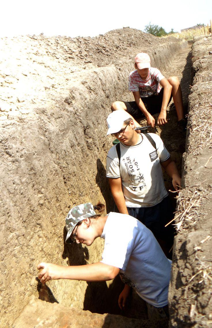 Ziua 10: Intr-un pământ  extrem de uscat şi fărâmicios, arheologul Bianca Preda, împreună cu Edi şi Irinel continuă să îndrepte profilele gropilor 1 şi 2.