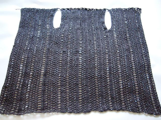 This wrap is crocheted, but same design would be easily knit. I see it in a knitweave with beautiful colors and textures.        VMSomⒶ KOPPA: Tummanharmaa ruututakki