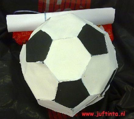 Surprise voetbal mbv een bouwplaat knutselen