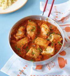 Fisch in Tomatensauce. Wir schmecken die Tomatensauce mit Sahne ab. So wird sie wunderbar cremig. Dazu passt Limettenreis.